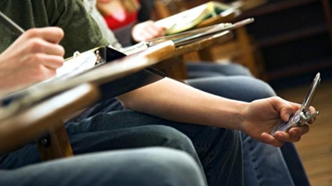 Derste Telefonu Açık Tutmaya Disiplin Cezası Getirildi
