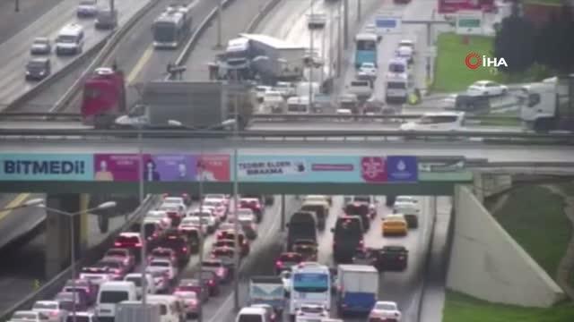 Son Dakika! İstanbul'da Bir Tır Metrobüs Yoluna Girdi, E-5'te Trafik Kilitlendi